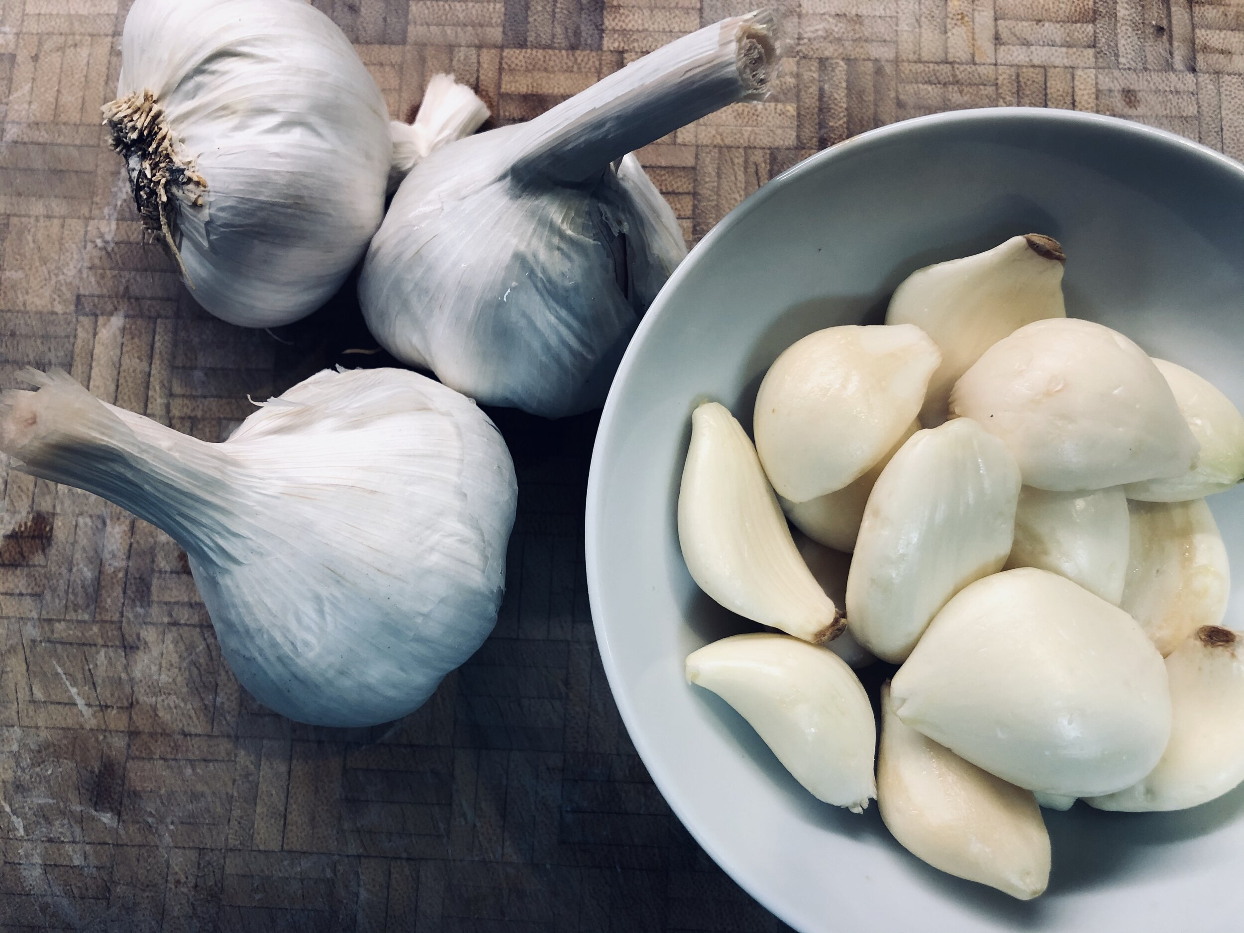 Bulbs of whole garlic and fresh garlic cloves