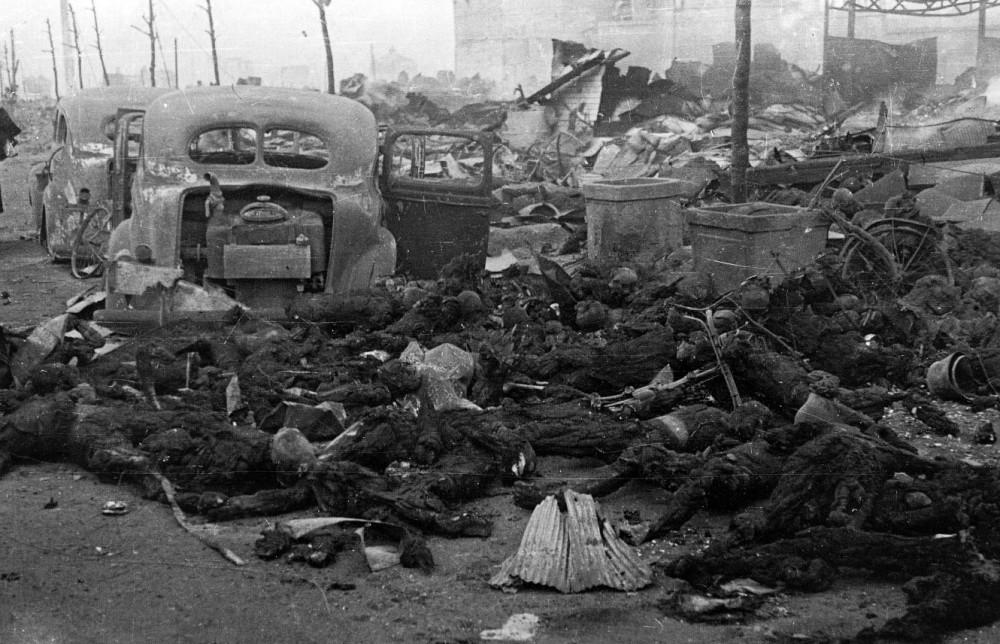 The war my grandfathers waged  By English: Ishikawa Kōyō - 写真のアップローダが出典を示していないのでどこからこの写真を持ってきたのか不明だが、該当写真は1953年8月15日発行の「東京大空襲秘録写真集」(雄鶏社刊)の12, 13ページに「道路一杯に横たわる焼死体、誰とも知れぬ一片の灰のかたまりにすぎないが…」のキャプション付きで掲載されているので著作権問題はクリアされている。, Public Domain, https://commons.wikimedia.org/w/index.php?curid=3681456