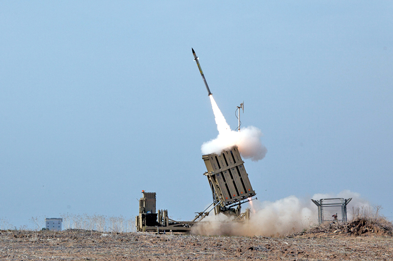 Iron Dome  By Israel Defense Forces and Nehemiya Gershoni נחמיה גרשוני (see also https://he.wikipedia.org/wiki/%D7%A7%D7%95%D7%91%D7%A5:Flickr-IDF-IronDome-in-action001.jpg ) - https://www.flickr.com/photos/idfonline/8194572552/, CC BY-SA 3.0, https://commons.wikimedia.org/w/index.php?curid=34360609