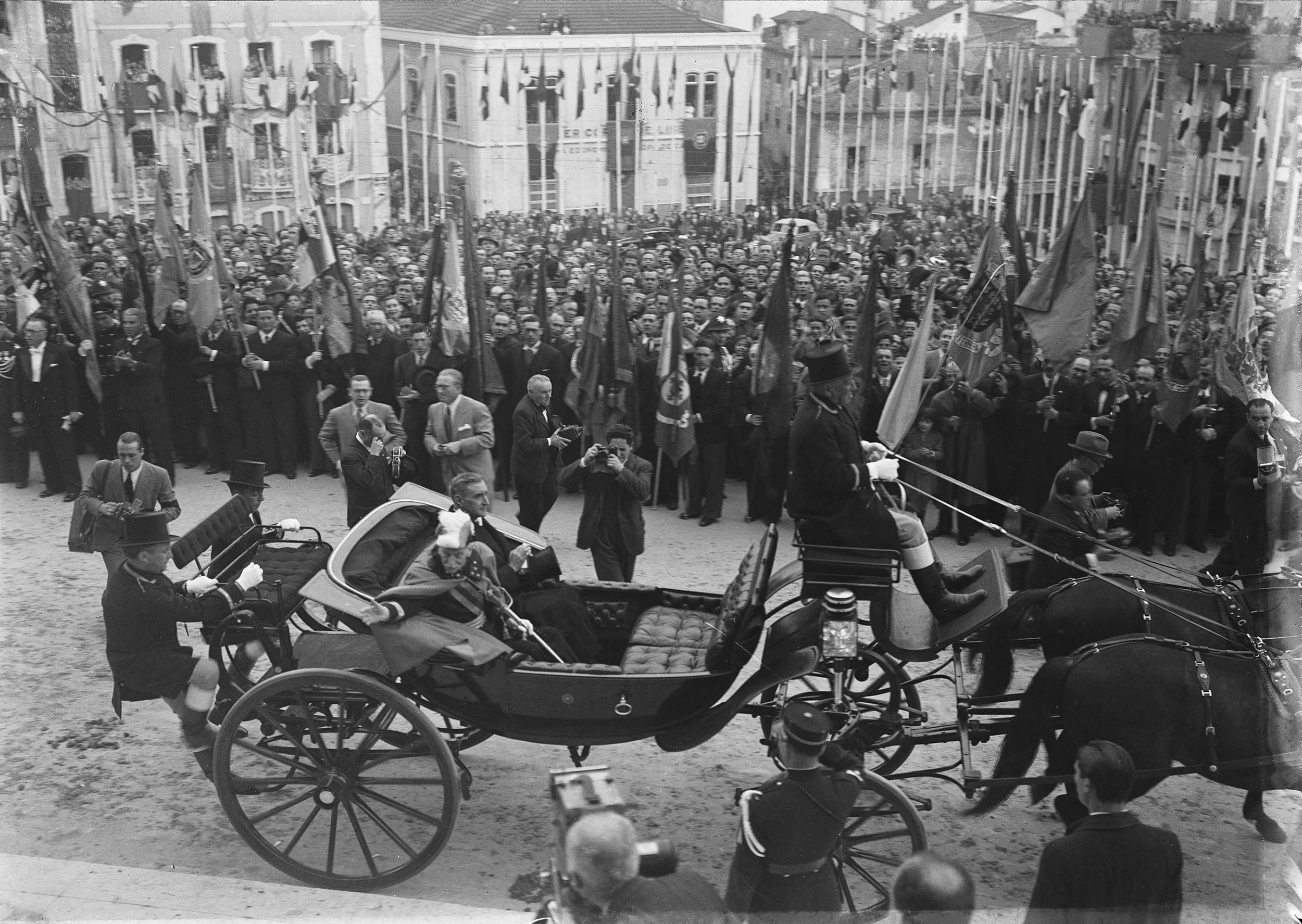 Salazar and General Óscar Carmona halt their equipage for the benefit of photographers and newsreel cameramen.  Photo: Horácio Novais,ca. 1945, Lisbon  Biblioteca de Arte da Fundação Calouste Gulbenkian [CFT164_00095]