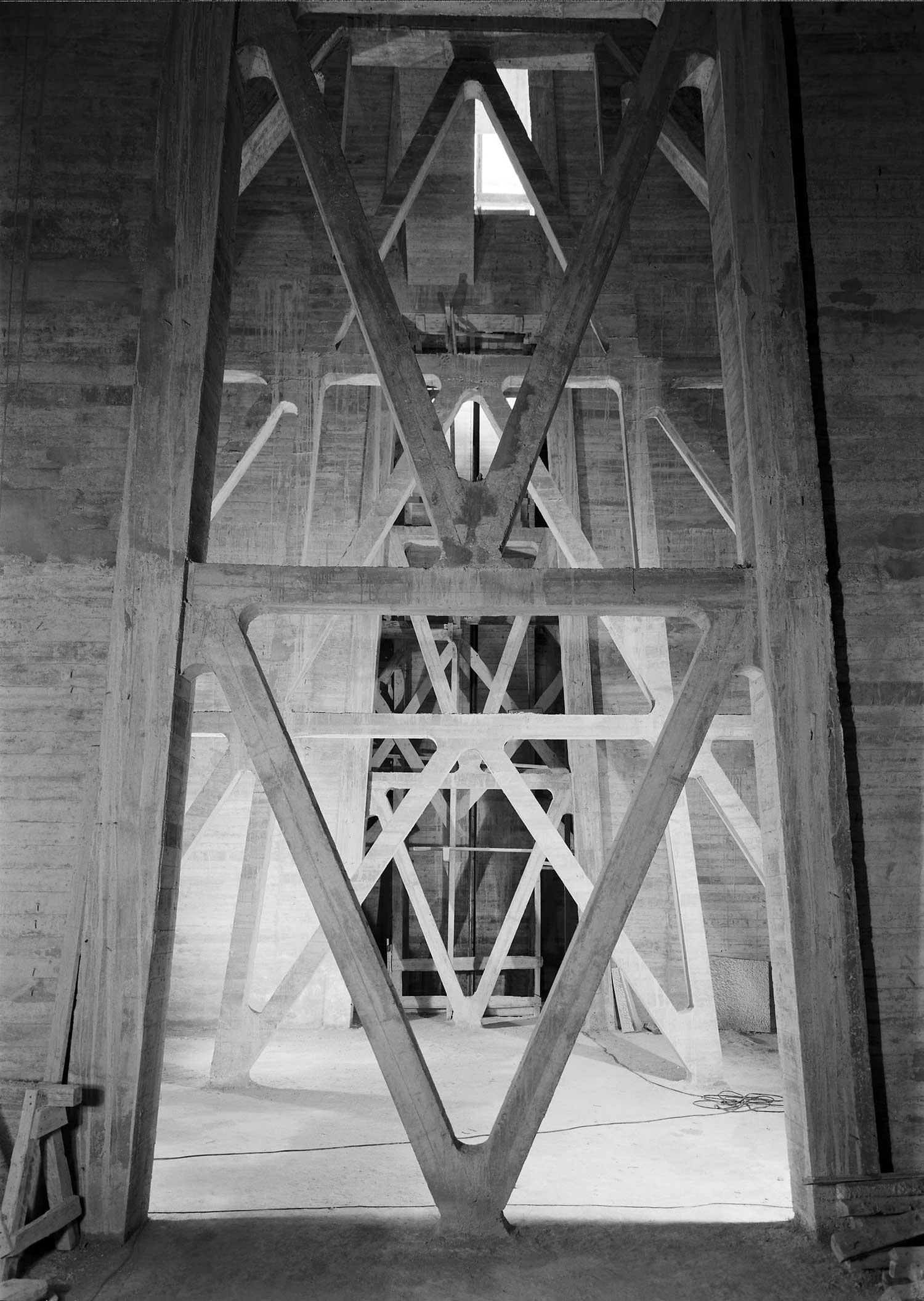 BUILDING THE MONUMENT TO THE DISCOVERIES  Photo: Horácio Novais, ca. 1938-1939, Lisbon  Biblioteca de Arte da Fundação Calouste Gulbenkian [CFT164_044083]