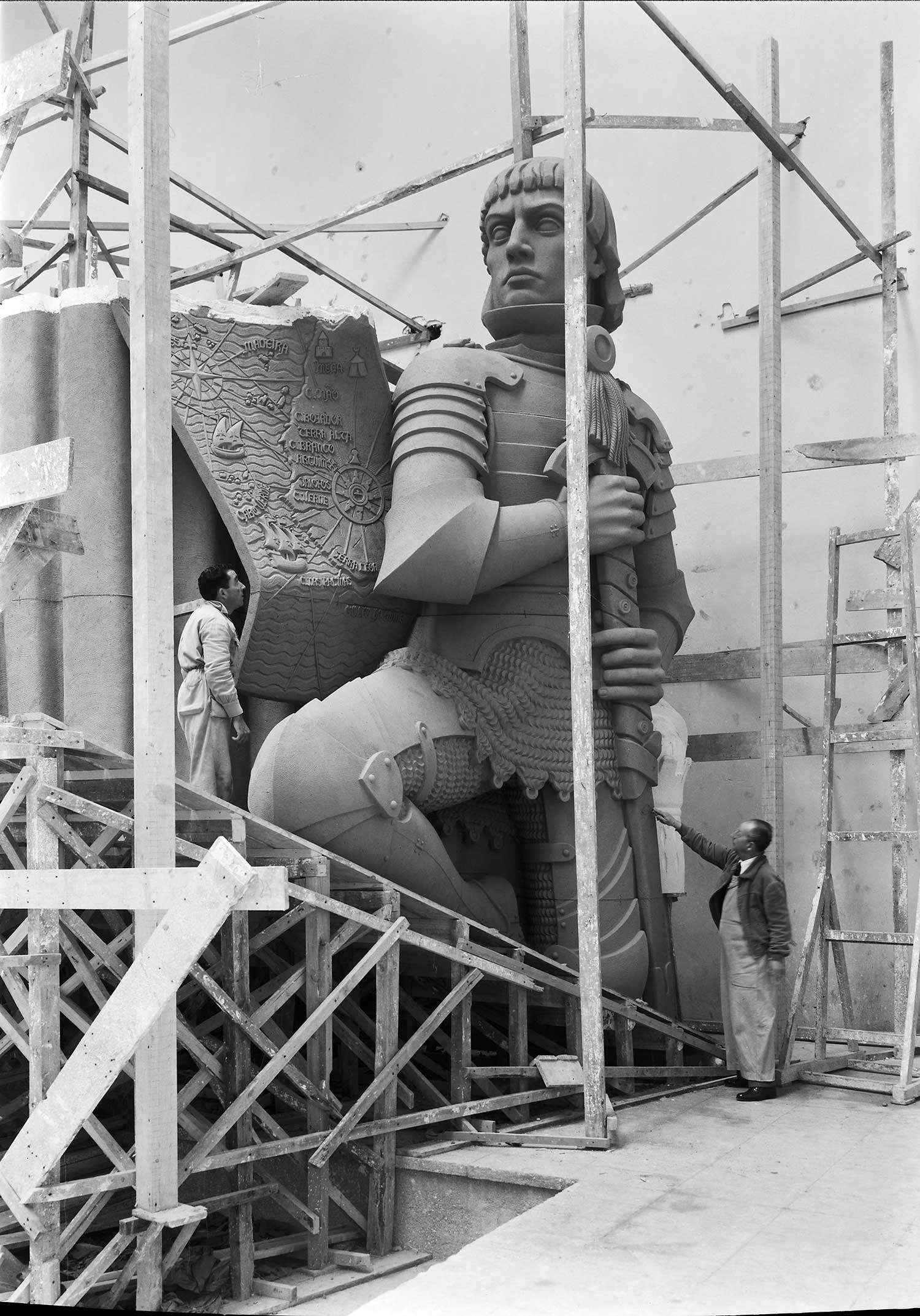 BUILDING THE MONUMENT TO THE DISCOVERIES  Photo: Horácio Novais, ca. 1938-1939, Lisbon  Biblioteca de Arte da Fundação Calouste Gulbenkian [CFT164_044089]