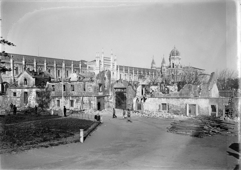Photo: Estúdio Horácio Novais, ca. 1930-40, Lisbon  Biblioteca de Arte da Fundação Calouste Gulbenkian [CFT164_02653]