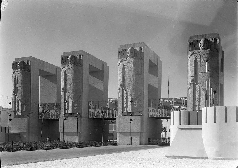 Photo: Estúdio Horácio Novais, 1940, Lisbon  Biblioteca de Arte da Fundação Calouste Gulbenkian [CFT003_025645]