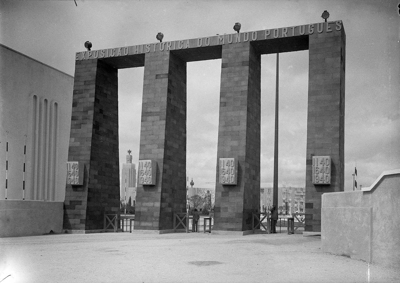 Photo: Estúdio Horácio Novais, 1940, Lisbon  Biblioteca de Arte da Fundação Calouste Gulbenkian [CFT164_01048]