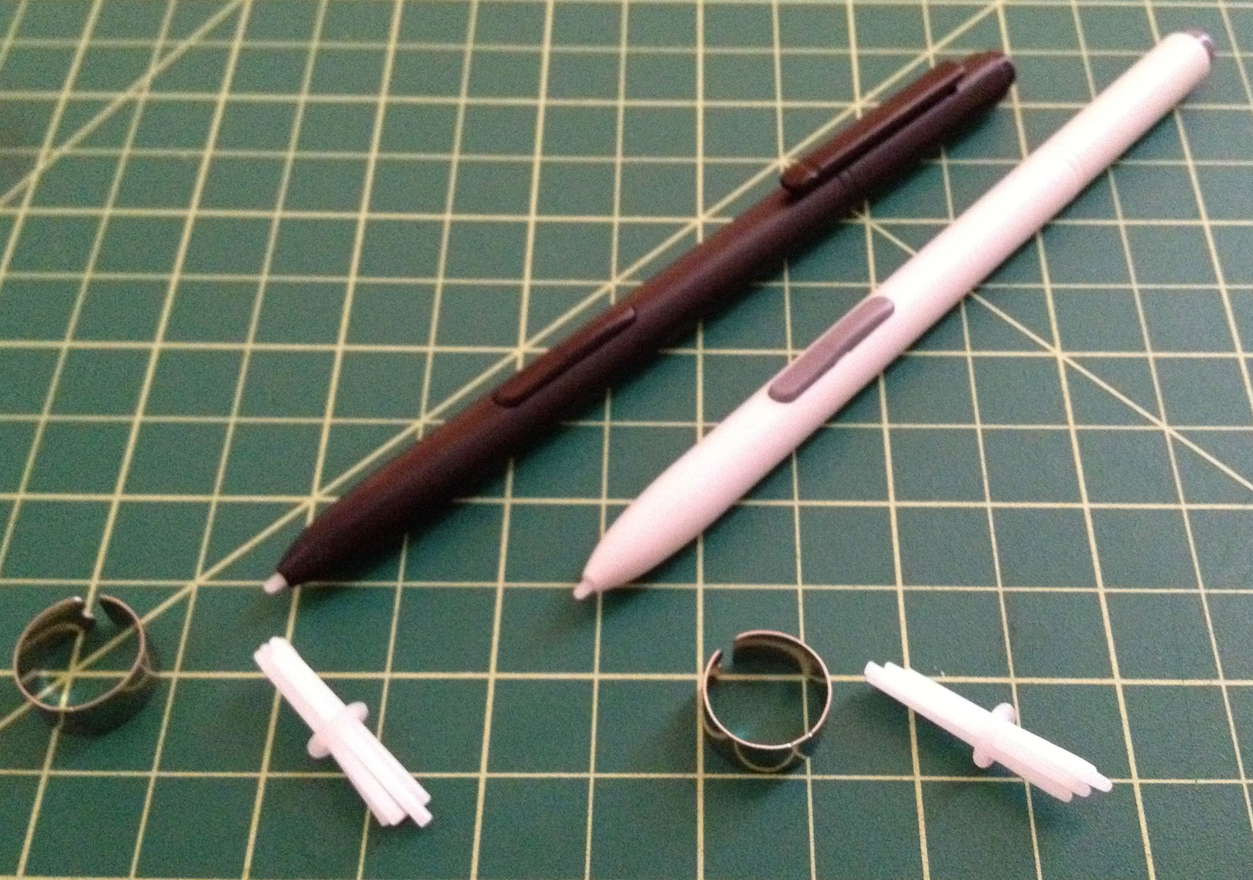 The Samsung Digitizer Pen/Stylet (left) and the Wacom Penabled Tablet PC Eraser Pen each ship with five nibs and an extractor ring.