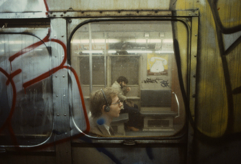 christopher-morris-photographs-the-gritty-NYC-subway-in-1981-designboom-04.jpeg