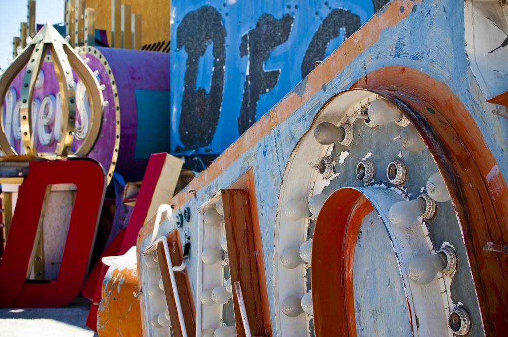 neon sign boneyard museum lune vintage 11 (1000x664).jpg