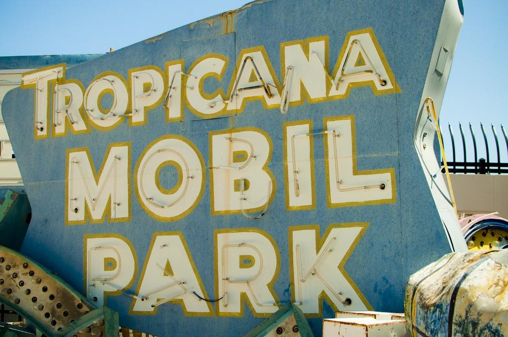 neon sign boneyard museum lune vintage 12 (1000x664).jpg