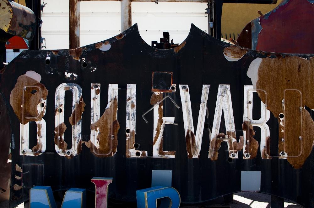 neon sign boneyard museum lune vintage 13 (1000x664).jpg