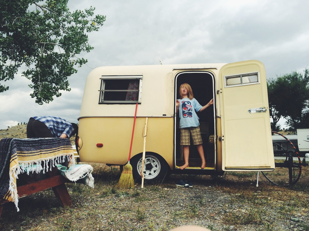 Todd dejectedly sets the jacks up for eggie in our unexpected home at a Montana RV park.