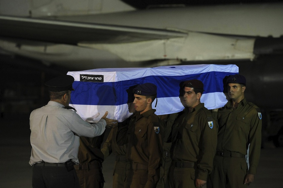 Click photo to download. Caption: Israeli soldiers carry the five coffins holding Israeli citizens Itzik Colangi, 28, Amir Menashe, 28, Maor Harosh, 25, Elior Price, 26, and Kochava Shriki, 44, killed in a suicide bombing attack in Bulgaria July 18, at a cermony after the bodies arrived at Ben-Gurion Airport early Friday morning, July 20. Credit: Amos Ben Gershom/GPO/FLASH90.