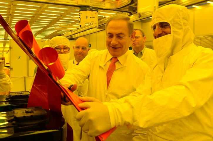 Prime Minister Benjamin Netanyahu visits Intel's Israeli plant in Kiryat Gat Nov. 14, 2016. Credit: Kobi Gideon/GPO.