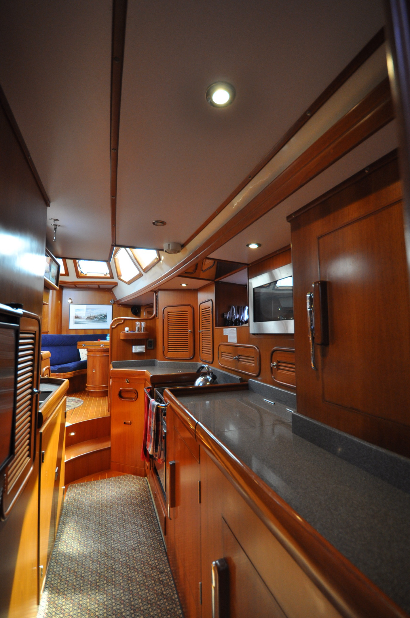 Our high resolution photos for our listings highlight your yacht like no other.