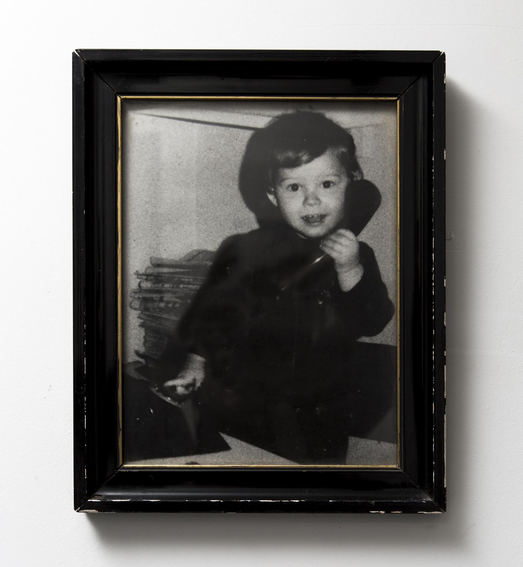 """Dit ben ik. Deze foto is 38 jaar oud en hangt al zolang als ik het mij kan herinneren tegen de muur. Eerst bij mijn ouders nu in mijn inkomhal. Wanneer ik met mijn dochter ga wandelen is """"hoe het vroeger was"""" steenvast het onderwerp. Telkens opnieuw wordt haar nieuwsgierigheid geprikkeld bij het zien van deze foto. Ze vindt het fascinerend om te zien dat haar papa vroeger ook klein was..."""