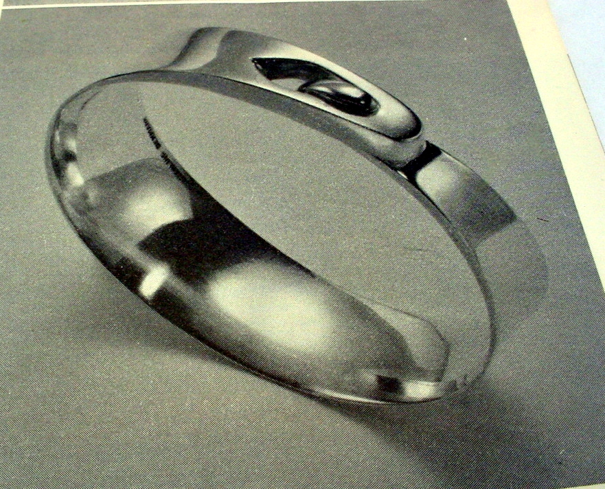 The fifties were defined by an explosive growth in the relam of Danish handcrafts, and functionalism brought with its lack of ornamentation, a desire to stretch the limits of the metal used. This bracelet in silver was designed by Amos Slar in 1959 and produced in his own workshopand the silver is stretched as thin as possibly while retaining the overall design. Austere and simplified, it is an example of the mastery of the pure metal jewelry that is so characteristic of the time.