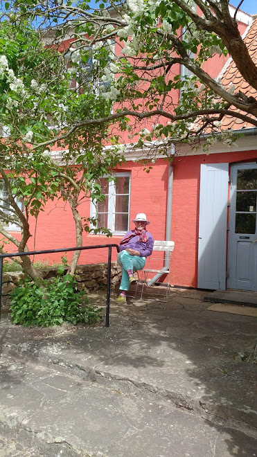 i am relaxing in the wonderful garden at oluf hoest's house. extremely well kept, my daughter told me, there is a bathtub in the lady's room, that is something good to know.