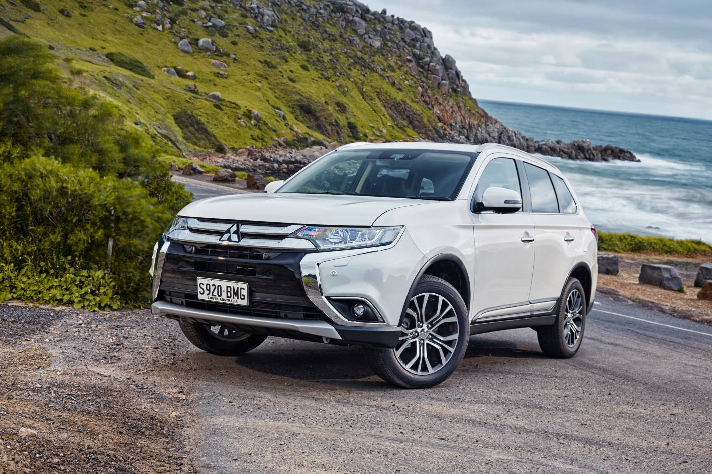 Mitsubishi Outlander review & buyer's guide — Auto Expert by