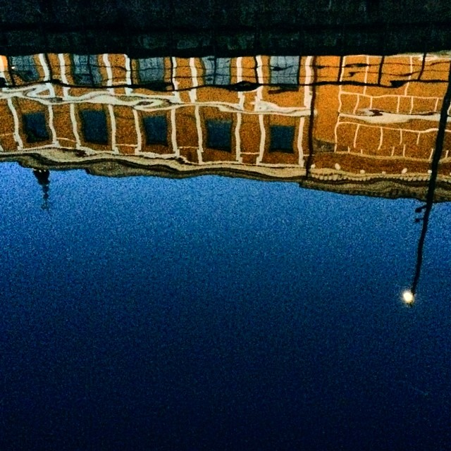 Time for some late night #reflections - #thorvaldsenmuseum #copenhagen #orange #blue #canal
