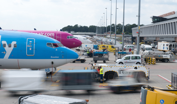 Les travaux du terminal T2 débuteront à la mi-mars pour s'achever fin de cette année a annoncé le Ministre wallon de la Mobilité Carlo Di Antonio. Le coût des travaux est estimé actuellement à 13,3 millions € à charge exclusive de la société de gestion de l'aéroport de Charleroi-Bruxelles (BSCA). Ce terminal T2     permettra de répondre à la saturation actuelle de l'aéroport en raison de son succès. Il est en effet dimensionné pour 7 avions basés soit 1,3 million de passagers partants.     En restant dans cette enveloppe estimée à 13,3 millions€, d'autres marchés devront encore être conclus pour la réalisation des infrastructures liées à la sûreté, aux bagages, au mobilier, à l'Horeca et au Duty Free. En 2015 , l'aéroport de Charleroi a accueillit 6.956.302 passagers, soit une progression de 8% par rapport à 2014. ©Bull BTP