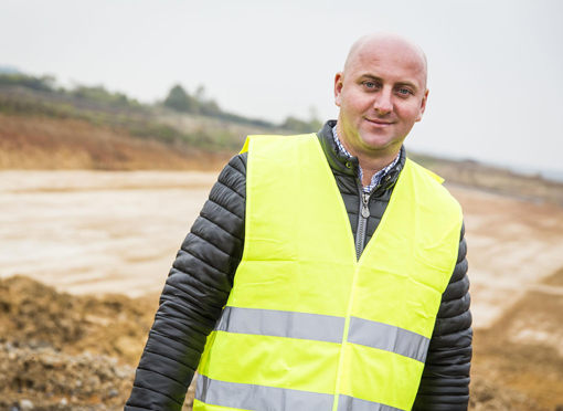 Une nouvelle pelle Hitachi ZX350LC-6 a été livrée à JawTrans, dans le sud de la Pologne, pour compléter un projet vital de construction routière. La pelle livrée fait partie de la nouvelle série Zaxis-6 Hitachi. Elle a été choisie par la société de construction pour s'assurer qu'une nouvelle section de 50 km de l'autoroute A1 soit terminée à temps. Ce chantier à débuté en octobre 2015 et sera terminé en juin 2018. La ZX350LC-6 a été fournie en septembre 2016 par le concessionnaire agréé Hitachi en Pologne, Tona. La machine est utilisée pour effectuer des terrassements, principalement pour araser une colline environnante. La pelle charge également un flux continu de camions qui enlèvent tout excédent de matériaux, avec plus de   3500 m³ de terre prélevée sur le site chaque jour  . « L'un de nos plus grands défis consiste à maintenir un haut niveau de productivité sur le site, et il est essentiel d'éviter tout temps d'arrêt   .»   a déclaré le propriétaire de la pelle Krzystof Jawor.     En Espagne, une pelle Case CX210D destinée aux travaux forestiers