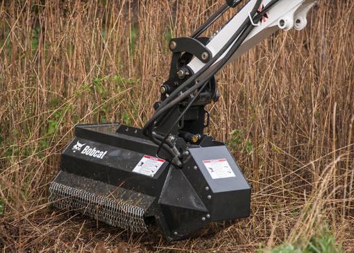 Bobcat vient de lancer deux nouvelles débroussailleuses à fléaux pour l'entretien des abords tels que la coupe et le broyage des végétaux, branches, herbes épaisses et buissons que l'on trouve le long des routes, autoroutes, chemins communaux, ainsi que sur les berges d'un cours d'eau. Il s'agit de la débroussailleuse à fléaux 30FM pour les mini-pelles E32 et E35 et 40FM pour les modèles E45, E50 et E55. Leurs largeurs de travail vont de 762mm à 1016mm. Les deux accessoires offrent une puissance élevée et sont capables de couper des arbres et des branches pouvant atteindre 10 cm de diamètre. Grâce au tablier compact la débroussailleuse parvient à bout des différents reliefs du sol en maintenant le contact avec la surface, pour une coupe efficace. Le moteur à entraînement direct offre un parfait équilibre entre couple et régime pour des performances optimales, sans courroies, chaînes ni boîte de transfert pour une disponibilité optimale. Relevons encore des fléaux réversibles offrant une rotation bidirectionnelle en permutant les flexibles au niveau du moteur d'entrainement, un disque de torsion réversible qui absorbe les charges dynamiques en fonctionnement et un retour de drain qui empêche toute contre-pression excessive et des chaînes de sécurité` latérales qui aident à dévier et contenir les débris présents dans le carter susceptibles d'être projetés. Bobcat offre également des débroussailleuses rotatives et forestières.     Nouveau système de gestion de flotte Doosan Connect