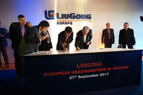 """Le constructeur chinois LiuGong, vient d'inaugurer son nouveau centre européen de pièces de rechange d'une surface de 3500m2 situé à Stalowa en Pologne. Ce nouvel entrepôt fournira les pièces nécessaires pour les deux marques LiuGong et Dressta. Pour rappel,   en 2012 LiuGong Machinery a racheté au Trésor polonais la société Huta Stalowa Wola (HSW), spécialisée dans la fabrication d'engins de construction et de son distributeur Dressta Co (ex Dresser).      Notre objectif est de fournir une disponibilité de pièces de classe mondiale pour les propriétaires des machines LiuGong & Dressta, où qu'ils se trouvent"""",    a déclaré Piotr Fiszer, directeur des opérations de pièces détachées. Et d'ajouter : « Ce nouveau centre de distribution est la clé pour soutenir le réseau des concessionnaires européens LiuGong& Dressta et ses clients dans toute l'Europe ».  Avec ce nouveau PDC (centre de distribution de pièces), LiuGong & Dressta pourront fournir aux utilisateurs, de manière rapide et efficace, les pièces de rechange dont ils ont besoin pour maintenir la productivité de leurs machines.      Des pelles, des chargeuses sur pneus et des bouteurs"""