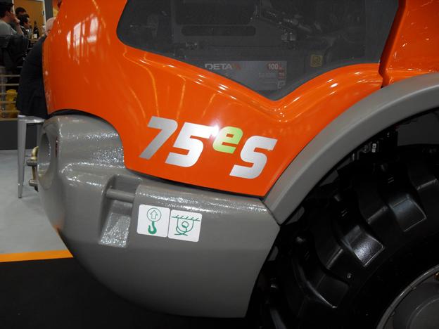 Sur le stand de son distributeur Payen, le constructeur allemand présentait sa nouvelle chargeuse articulée à déchargement latérale Weycor AR75 série «e » start & stop, un système que l'on connaît déjà sur les automobiles de dernière génération. Cette chargeuse éco-responsable est destinée pour les chantiers urbains. Ses atouts : une réduction de 40% des émissions, 10 à 12% d'économies de carburant au travail, moins d'heures d'utilisation, une baisse de la facture d'entretien avec en prime une meilleure valorisation de la machine à la revente.     Asphaltherm