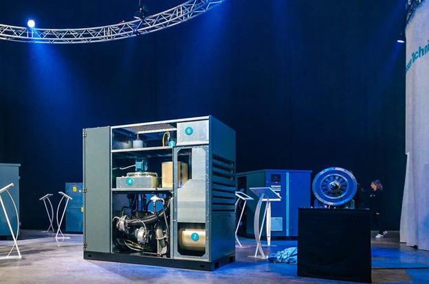 Dernièrement le constructeur suédois est parvenu à construire un robot   capable de fonctionner en permanence grâce à son intelligence artificielle. Mieux encore, ce compresseur a été intégralement développé en Belgique.  Grâce au  «edge   calculation  ( Méthode permettant l'optimisation des systèmes d'informatique en nuage par la réalisation du traitement de données à l'extrémité du réseau, c'est-à-dire à proximité de la source des données),  ces compresseurs autodidactes d'Atlas Copco sont désormais en mesure d'analyser et d'interpréter eux-mêmes des données au moyen d'algorithmes locaux afin d'optimiser leur utilisation.   Le constructeur peut suivre en temps réel les prestations de ces compresseurs connectés à  «l'internet des objets (IdO)»,  et ceci grâce à des détecteurs. Ces données sont enrichies avec du «big data » maison pour être ensuite transmises vers des centres de diagnostic régionaux, où des experts analysent les données et formulent des conseils à destination des clients. Grâce aux compresseurs autodidactes, il n'est plus nécessaire de faire transiter la totalité de ces données via ces centres, car les machines peuvent effectuer elles-mêmes des calculs sur place. Il devient donc possible de contacter le client encore plus rapidement pour lui proposer, par exemple, un autre type d'huile. De la sorte, non seulement le processus de production du client est sécurisé, mais l'utilisation du compresseur est encore plus optimale, par exemple sur le plan de la consommation d'énergie.   À l'instar de toutes les innovations et percées des compresseurs d'Atlas Copco, celle-ci trouve son origine à Wilrijk également. Tant la R&D que la production ont lieu sur le sol belge. L'ancrage local de la société suédoise n'est plus à démontrer : le siège mondial de sa division des compresseurs, est implanté à Wilrijk depuis 1956 lors de la reprise de Arpic Engieneering .Pour Wouter Ceulemans, président d'Atlas Copco :  «Nous croyons en la force du lien entre production et 