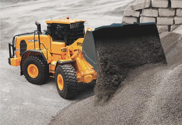 Hyundai Construction Equipment vient d'introduire sa nouvelle chargeuse HL960D destinée aux industries du traitement des déchets et du recyclage, des secteurs qui connaissent un fort taux de croissance et Europe. Cette machine affiche un poids en ordre de marche de 19,3tonnes et est entrainée par un moteur   diesel Cummins QSB6.7 Phase IV à commande électronique qui délivre une puissance nette au volant de 166kW/222 ch. La HL960HD a été mise au point avec un essieu haute résistance et une capacité de charge améliorée offrant une longue durée de vie.Sa capacité de charge maximale atteint 44 000 kg sur l'avant et 35 000 kg sur l'arrière, ce qui est nettement supérieur à la chargeuse HL960. Ces essieux haute résistance peuvent fonctionner avec des pneus pleins (en option), ce qui est impératif dans les environnements difficiles de traitement de déchets dans la mesure où ils ne sont pas sujets à crevaison. En plus ils bénéficient également de temps de fonctionnement plus longs, ce qui entraîne une réduction de la fatigue des pneus et des essieux. Un double refroidisseur d'huile d'essieu est disponible en option ; il permet d'éviter la surchauffe des essieux, tant sur l'essieu avant que sur l'essieu arrière. Cette surchauffe peut se produire lors d'une opération répétitive dans une zone de travail étroite, ce qui est très courant dans les centres de recyclage et de traitement des déchets. Côté «environnemental » cette chargeuse est dotée de nombreuses autres caractéristiques écologiques comme : l'arrêt automatique du moteur (moins de consommation de carburant et d'émissions), possibilité de sélectionner le mode de fonctionnement et la durée de fonctionnement au ralenti en fonction de l'environnement de travail, un indicateur ÉCO qui permet une exploitation plus économique de la machine grâce à des vérifications fréquentes de son état de fonctionnement, etc. Relevons encore le mode ICCO (interruption intelligente d'embrayage) permettant de réduire la perte de puissance da