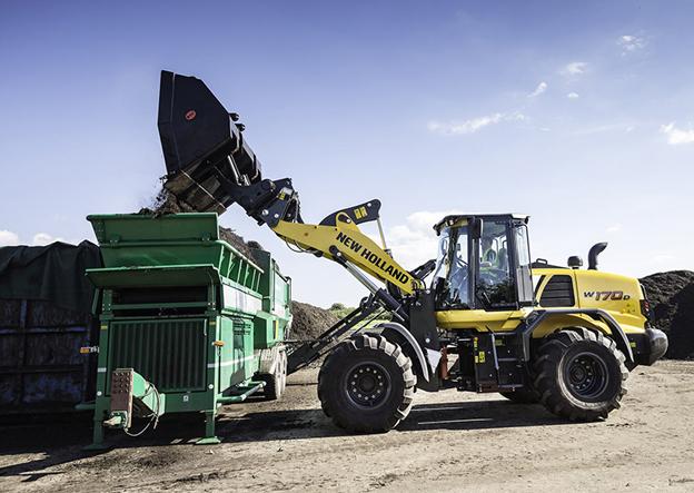 Les chargeuses sur pneus New Holland W110 D, W130 D et W170 D sont conçues pour répondre aux besoins du monde agricole , les entreprises agricoles, traitements de déchets verts, compostage et des producteurs de biogaz.Ces machines ont été développées à partir de la gamme construction de Case. Les chargeuses sur pneus les plus récentes de la série D sont maintenant plus performantes.   Entraînées par des moteurs NEF SCR à réduction catalytique sélective haute efficacité de 4,5 l et 6,7 l, les chargeuses sur pneus New Holland W110 D, W130 D et W170 D combinent fiabilité avérée et économie remarquable de carburant. Répondant aux normes d'émissions Tier 4B, les moteurs NEF ont été développés conjointement avec la filiale de New Holland, FTP Industrial, pionnière de l'injection de carburant par rampe commune et productrice de moteurs SCR qui ont fait leurs preuves dans l'agriculture, les transports et l'industrie depuis plus de 10 ans.   New Holland a conçu les chargeuses sur pneus de la Série D en positionnant le moteur très en retrait de l'essieu arrière pour optimiser l'équilibre des poids, sans avoir besoin d'ajouter un « poids mort » supplémentaire. Cette approche permet également d'accéder sans obstacle au niveau du sol aux points de service du moteur. En raison des caractéristiques de fonctionnement propre du groupe motopropulseur, les intervalles de vidange d'huile moteur se font toutes les 500 heures.     Transporteur sur chenilles Yanmar compacte pour chantiers confinés