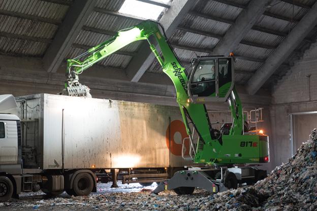 Cette machine a été spécialement développée pour les besoins du recyclage et de la gestion des déchets  . Même les environnements les plus exigeants en présence de poussière, de chaleur et d'utilisation prolongée ne lui font pas peur. Elle est dotée d'une cabine élévatrice jusqu'à une hauteur d'yeux de 4,50m ce qui permet à l'opérateur de jouir d'une vue dégagée sur son travail. Pour pouvoir travailler dans des endroits sombres, elle est équipée d'un système d'éclairage avec phares LED. Avec un poids opérationnel de 17 t et une portée pouvant atteindre 9 m, la nouvelle 817 E elle est la plus petite machine de manutention du constructeur. Avec ses dimensions compacte de seulement 2,54 m de largeur, 4,61 m de longueur et 3,20 m de hauteur, cette machine de manutention effectue les tâches qui lui sont demandées avec une grande facilité. Tous les composants comme le radiateur thermostatique de grande taille, les protections contre la rupture de tuyaux, le couvercle latéral robuste en tôle d'acier et un équipement solide ainsi que le grappin «Sennebogen » ont été conçus pour une utilisation prolongée dans le domaine du recyclage. Une multitude d'équipements spéciaux en option et de systèmes de sécurité allant des caméras aux grilles de protection sont disponibles.     Nouvelle génération de pelles Caterpillar