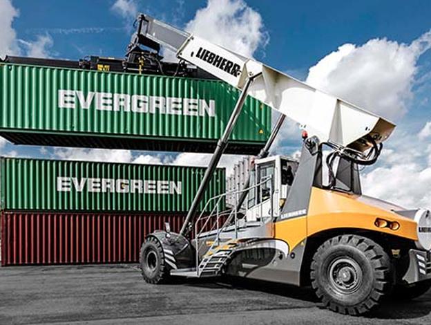 Voilà exactement trois ans, Liebherr-Maritime Cranes présentait son premier prototype du reachstacker LRS 545 au salon TOC Europe à Rotterdam. Maintenant, deux autres produits viennent élargir la gamme des LRS 545. Le LRS 545 - 35 qui soulève 35 tonnes dans la deuxième rangée de conteneurs et le LRS 545 Log Handler avec une capacité de grappin de 8,2 m². Depuis son lancement sur le marché en juin 2015, tous les engins de la série LRS 545 ont été les plus novateurs sur le marché des reachstacker. Le facteur décisif est avant tout le concept d'entraînement unique des reachstackers Liebherr, l'entraînement hydrostatique. Ce concept est une solution complète mise au point par Liebherr et a déjà fait ses preuves sur plus de 70 000 chargeuses sur pneus Liebherr.  « Au cours des trois dernières années, nous avons récolté en très grand nombre les précieux retours de nos clients. Les exploitants font tout particulièrement les éloges de l'entraînement direct et continu de nos engins. Grâce à l'entraînement par roue et l'excellente vue panoramique depuis la cabine du conducteur, nos reachstackers sont réputés pour leur mobilité et leur visibilité totale, même sur les terminaux avec des rangées étroites de conteneurs » , déclare Eric Colditz, directeur commercial Liebherr pour les reachstackers. Tous les avantages mentionnés des modèles précédents se retrouvent dans le nouveau LRS 545 - 35 ainsi que dans le nouveau Log Handler. Le design de la cabine ainsi que la forme fine et cunéiforme rendent la conduite des nouveaux engins sûre et agréable. Pour augmenter la sécurité de fonctionnement, Liebherr a mis au point le nouveau système de caméras Topview, disponible en option pour tous les engins de la série LRS 545.     Plus 32% pour Volvo EC au deuxième trimestre