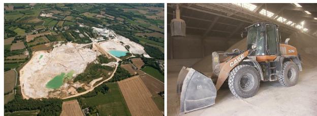 À gauche : l'entreprise SOKA, vue du ciel. On distingue l'immense carrière sur la gauche avec les différentes couleurs du kaolin. À gauche : la chargeuse sur pneus CASE 521G sur le site SOKA à Quessoy (Côtes-d'Armor)