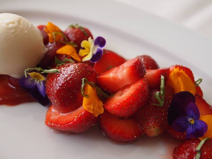 Honey-drenched berries (photo credit: L'Etoile)