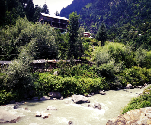 The river that runs alongside Old Manali