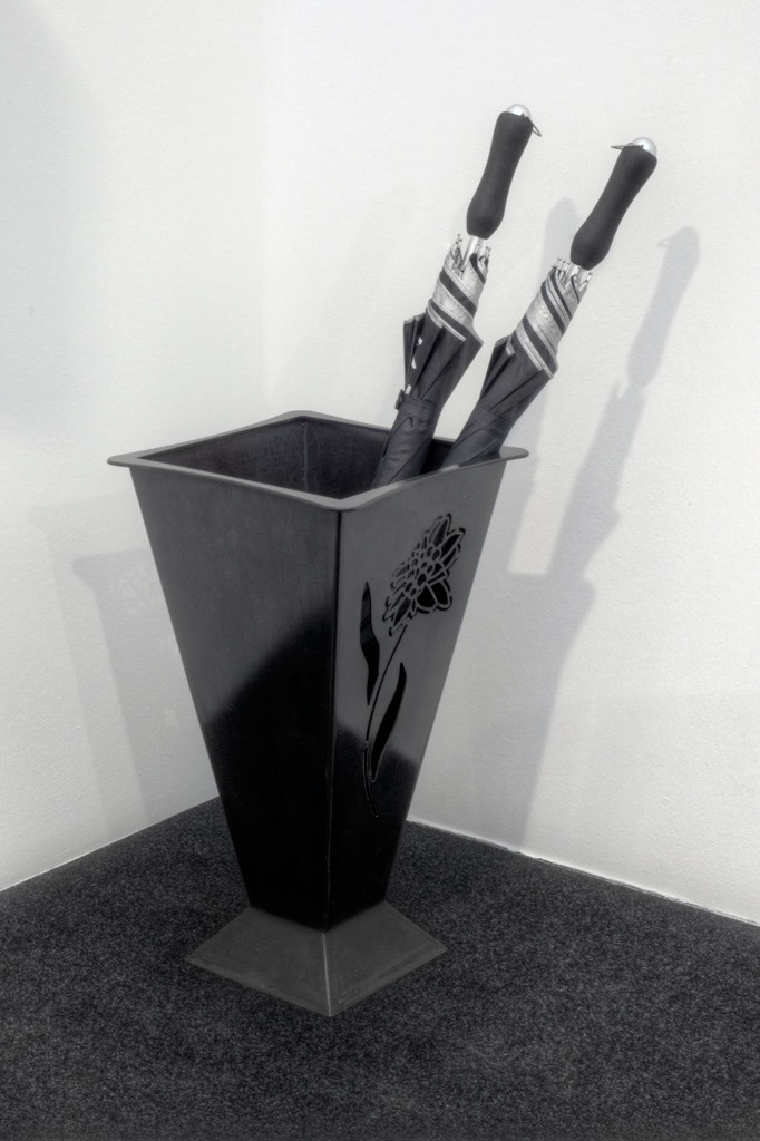Schirmständer in Stahlblech, ohne Schirme -   Portaombrelli in lamiera nera, senza ombrelli  Maße -  misure :  31,0 x 31,0 x 55,0 cm, € 300,00