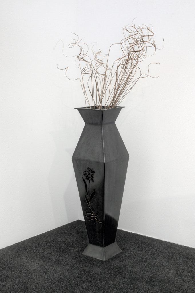 Vase in Stahlblech -  Vaso in lamiera nera  Maße -  misure  :  22,0 x 22,0 x 80,0 cm, €400,00