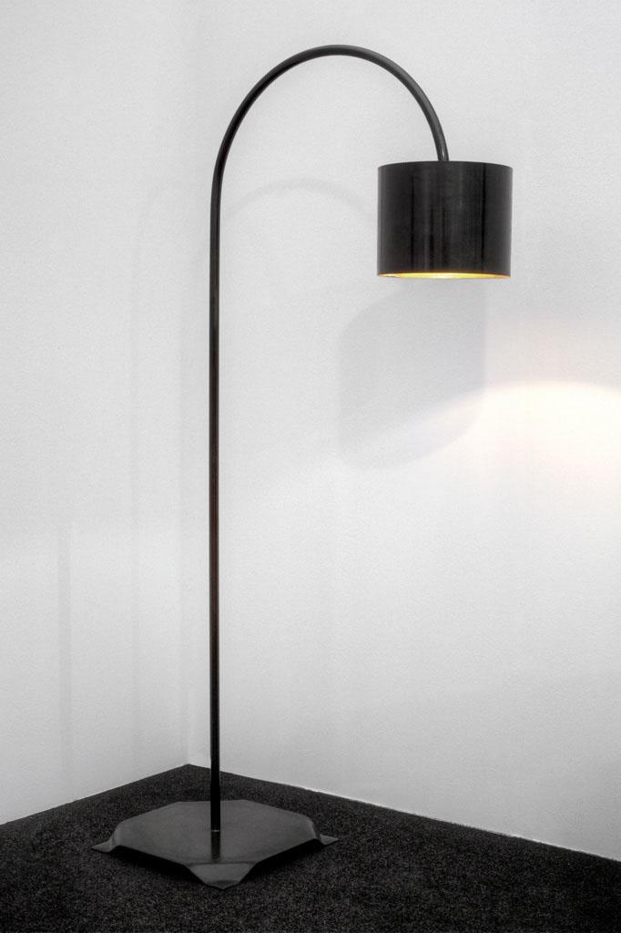Stehlampe in Stahlblech -  Lampada a stelo in lamiera nera  Maße -  misure :  90,0 x 40,0 x 168,0 cm, € 675,00