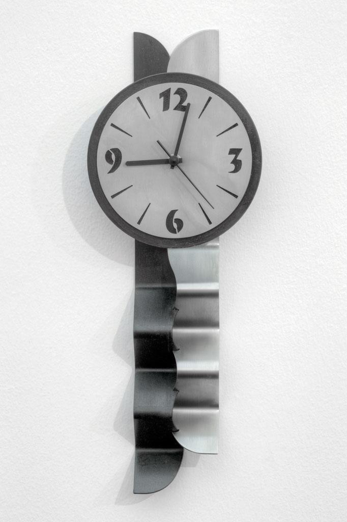 Pendeluhr aus Schwarzblech und Inox -  Orologio a pendolo in lamiera nera e acciaio inox  Maße -  misure :  46,0 x Ø 17,0 x 5,0 cm, € 280,00