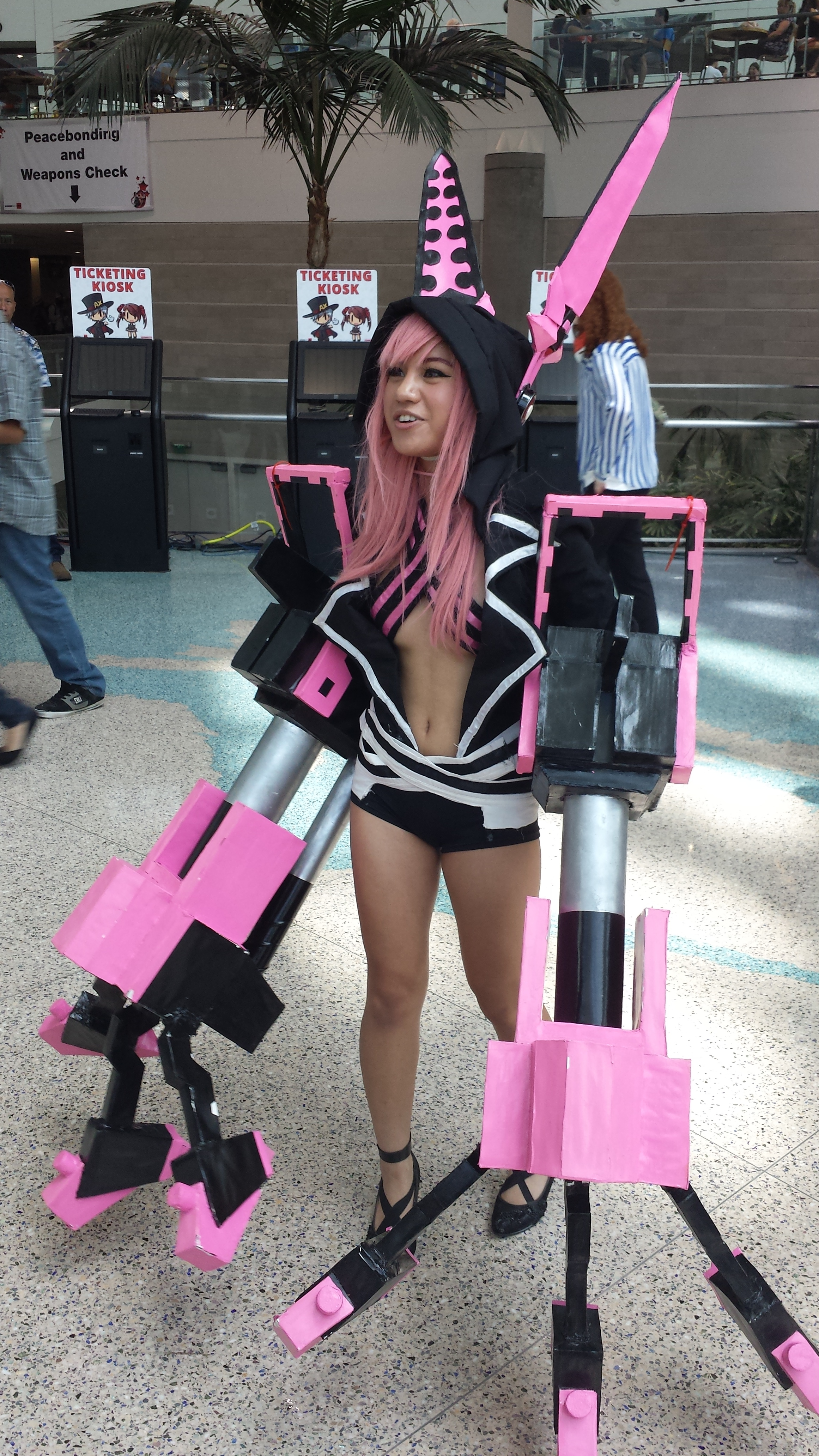 AnimeExpo 2013 - Look at the size of those... arms