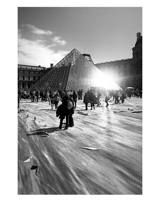 #jr #museedulouvre #pyramide #paris #france #iphonexs #nofilter #blackandwhite #bnw #bnwphotography #straightfromcamera