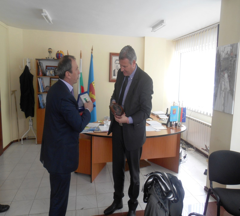 The Mayor of Razlog Municipality and the Deputy Mayor of Communities Mitrovicë/a Municipality exchanging emblems of their cities.