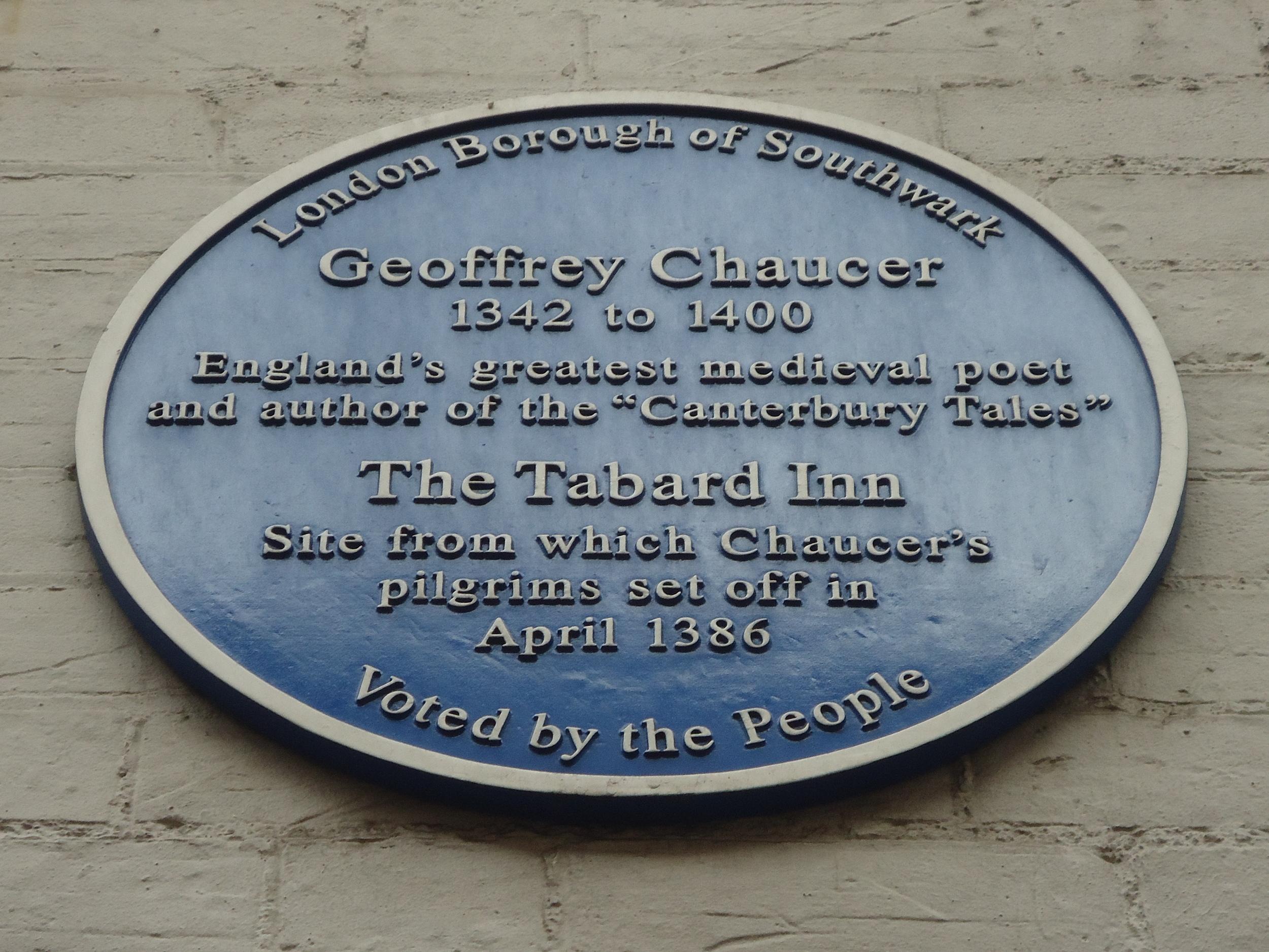 Una placa que indica el sitio de The Tabard Inn, donde los peregrinos de los Canterbury Tales se reunieron a contar sus historias.