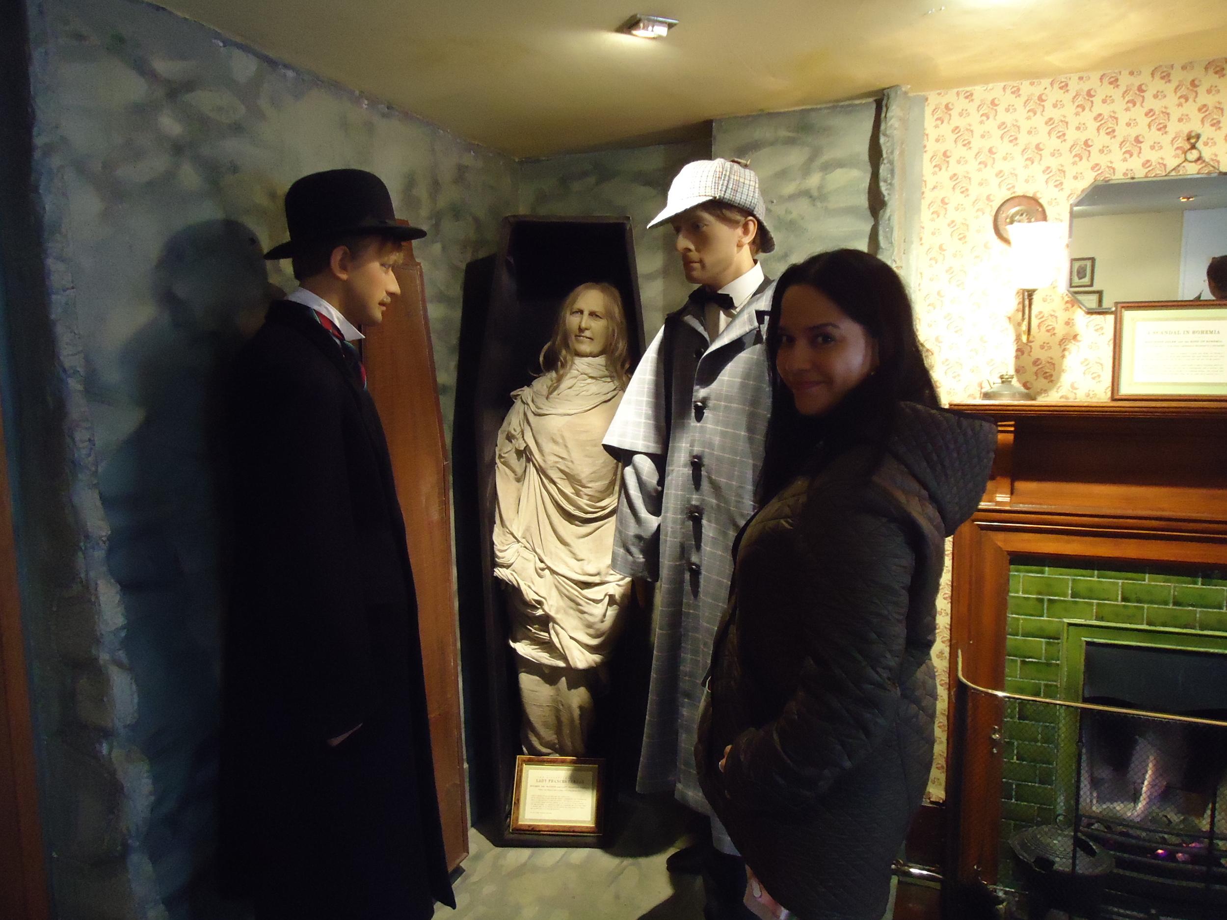 Ayudando a Sherlock y Watson a resolver un caso (en el Sherlock Holmes Museum, Londres).