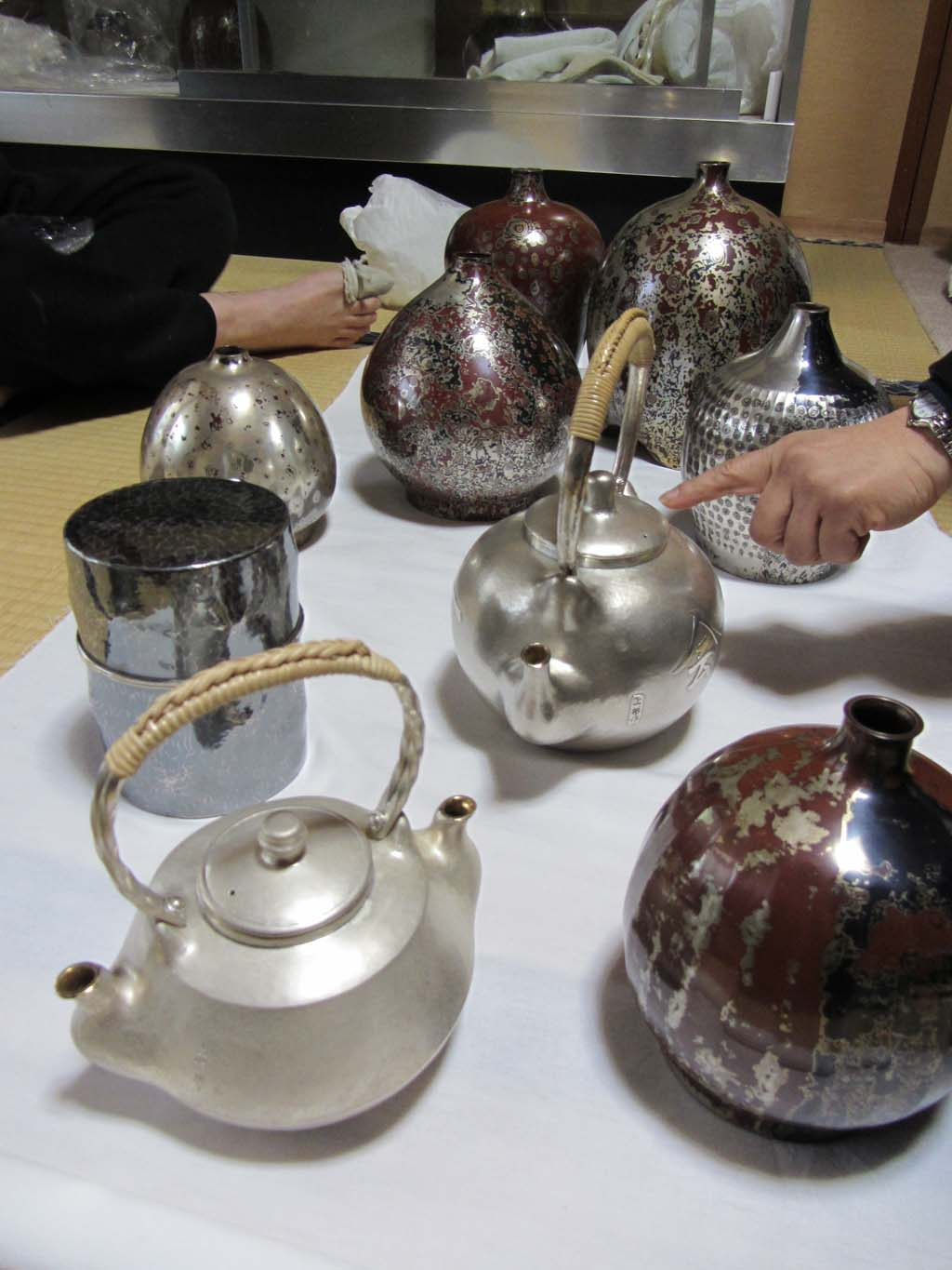 A collection of silver, mokumé game, and shibuichi vessels Uemo-san has made over the years.