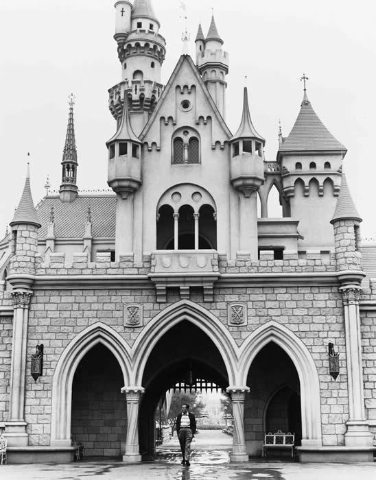 walt_disney_walking_through_disneyland.jpg