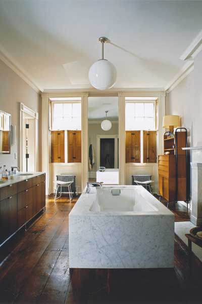 Actress Julianne Moore's Bathroom  (Image: manmakehome.com)