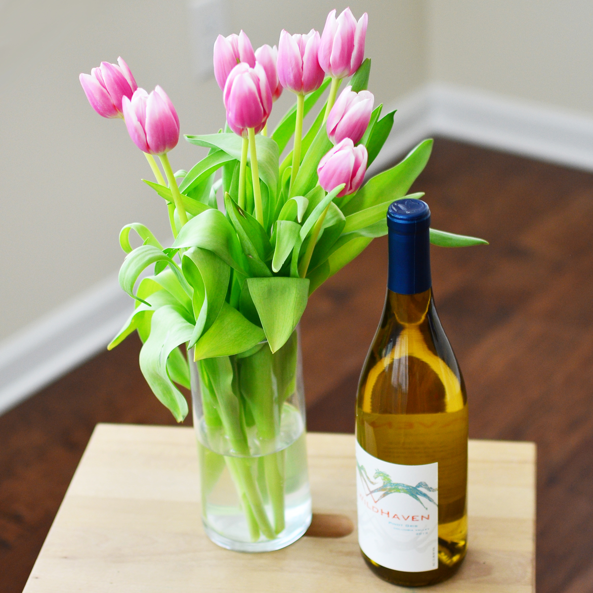 Housewarming ideas: flowers and wine