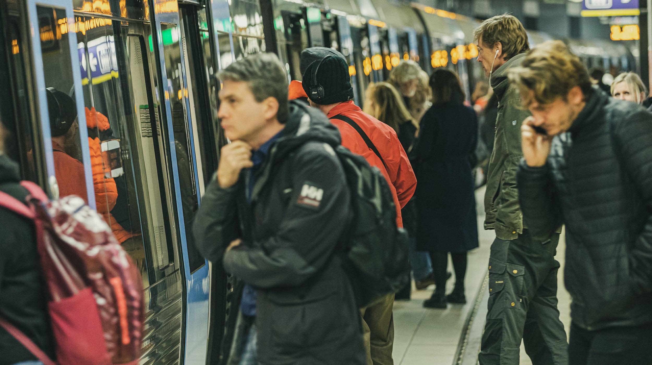 Slussens tunnelbanestation, Stockholm. (Personerna på bilden har inget med texten att göra, mer än att de kanske är stockholmare). Foto: Nils Öhman